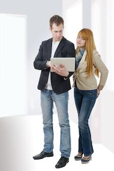 Деловые люди работают вместе с ноутбуком