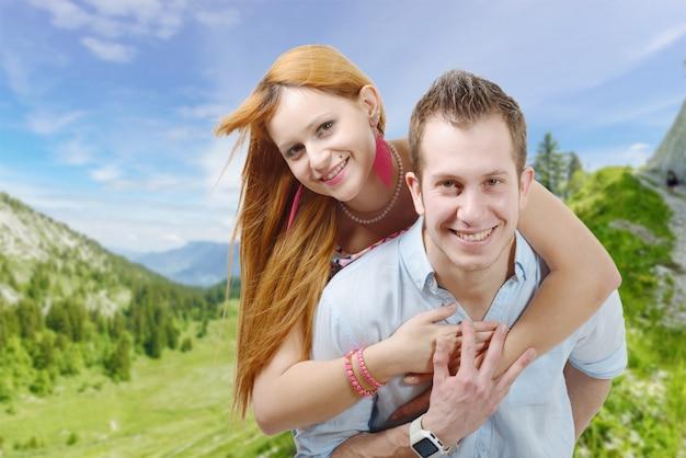 Веселая молодая влюбленная пара