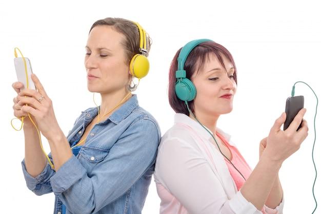 Красивые женщины слушают музыку в наушниках