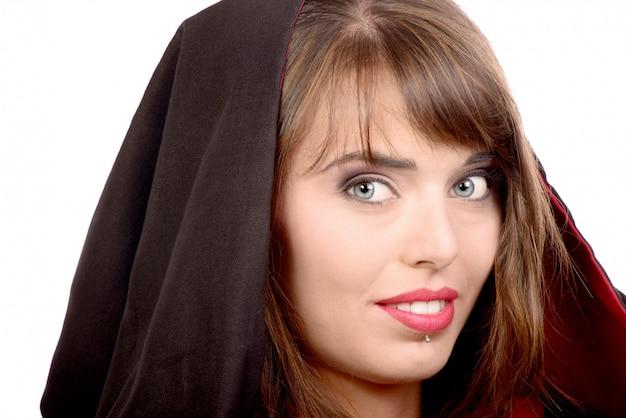 ハロウィーンの黒いマントに身を包んだ美少女