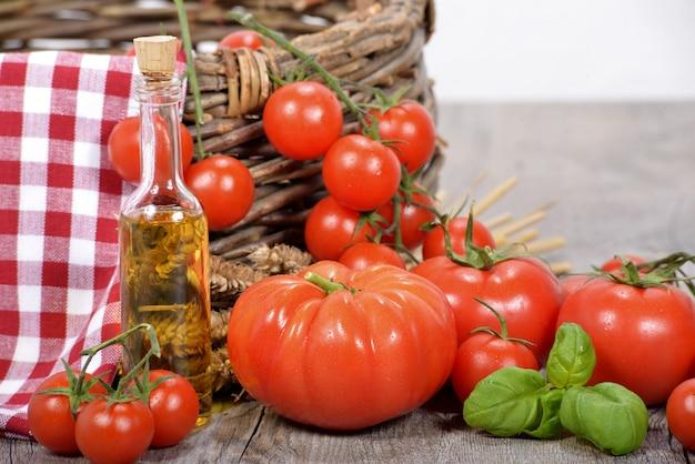 オリーブオイルのボトルとトマト
