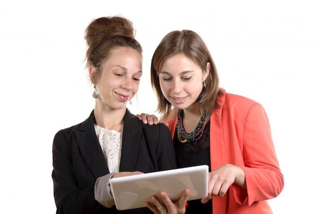 Молодые женщины в офисе работают