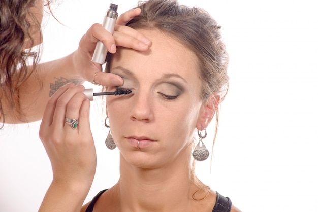 Довольно молодая женщина макияж