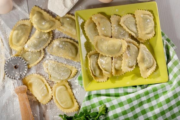 チーズとほうれん草でいっぱいの伝統的なイタリアのラビオリ