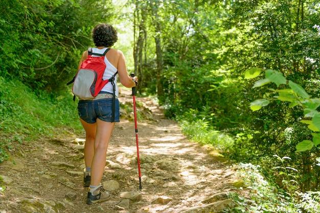 Женщина отправиться в поход в горы