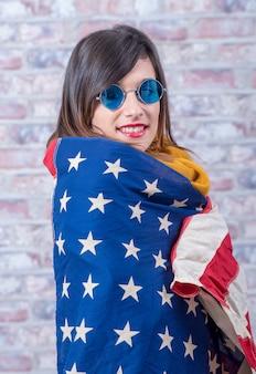 Молодая брюнетка с американским флагом