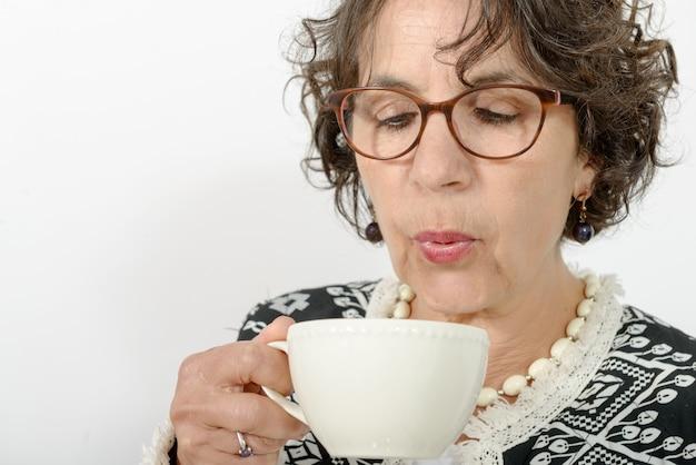 お茶を飲む美熟女