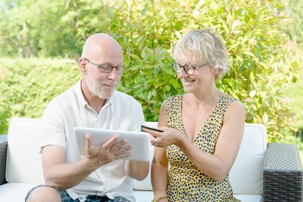 中年のカップルがオンラインで購入