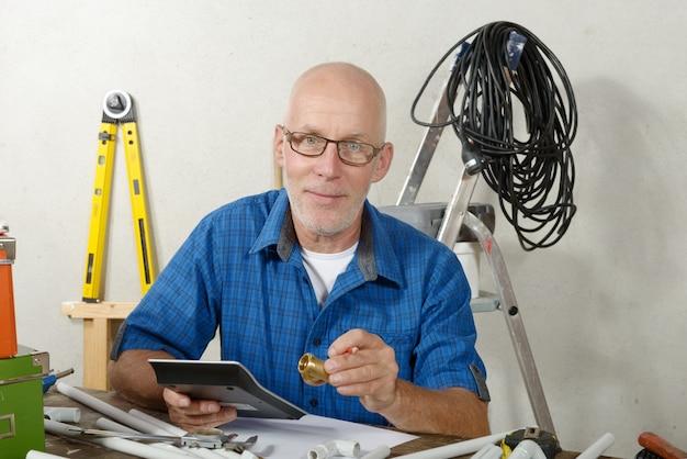 彼のスタジオでデジタルタブレットで配管工