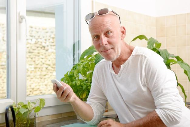 Мужчина средних лет с мобильным телефоном