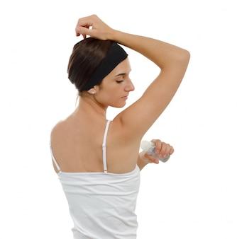 Женщина с антиперспирантным дезодорантом