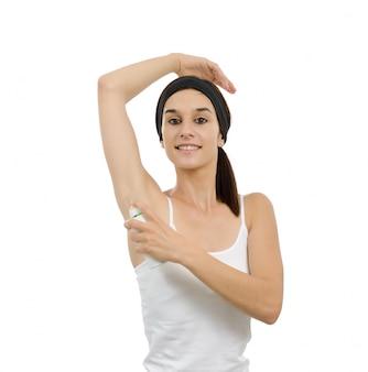 Красивая женщина с антиперспирантным дезодорантом