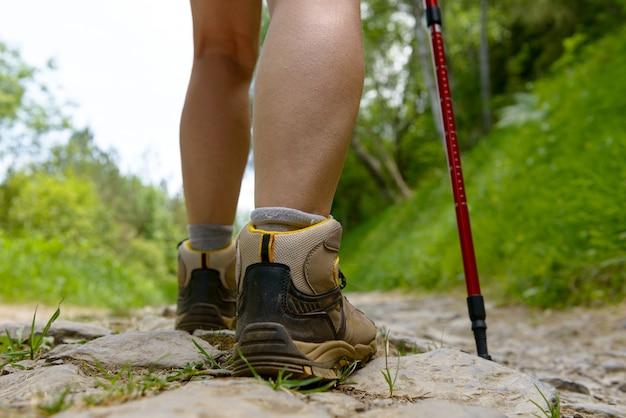 Ноги путешественника, женщина идет по тропинке