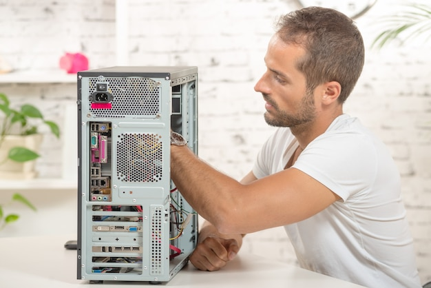 Молодой инженер починил компьютер