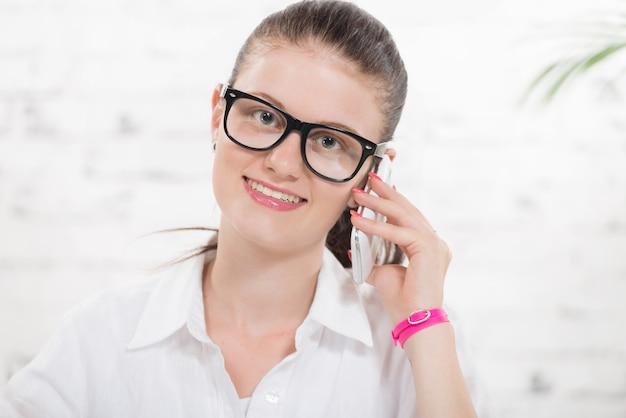 Довольно молодая секретарша по телефону