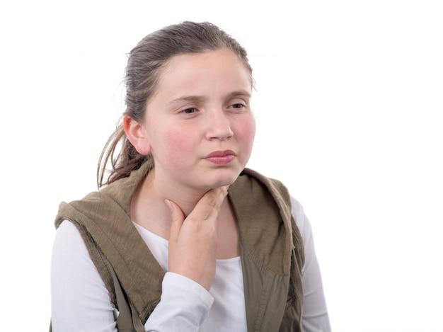女の子は白い背景で隔離の喉の痛み