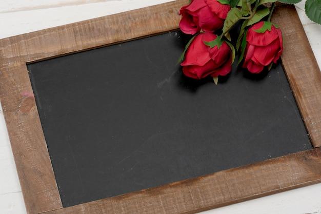 バラのコンセプトロマンチックな小さな黒板