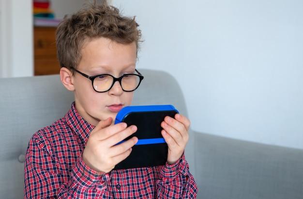 Ребенок мальчик играет в видеоигру