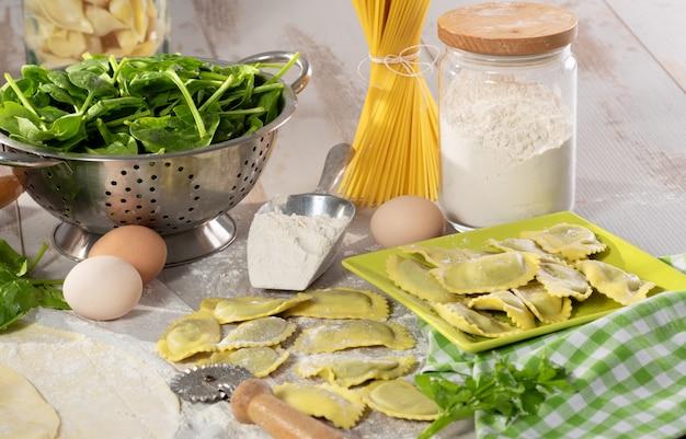 リコッタチーズとほうれん草でいっぱいの伝統的なイタリアのラビオリ