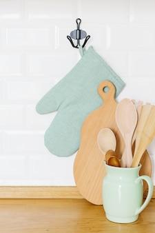 Кухонные принадлежности на деревянный стол