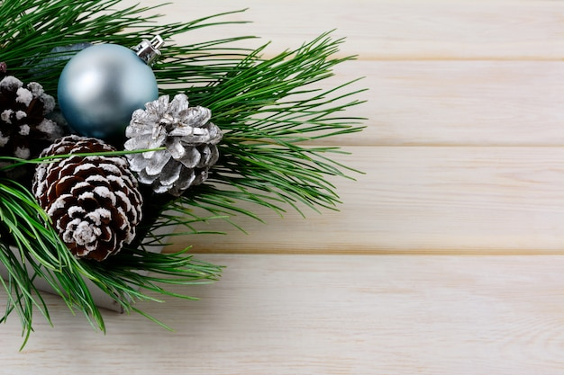 Рождественский фон с синими орнаментами, серебром и снежными кедровыми