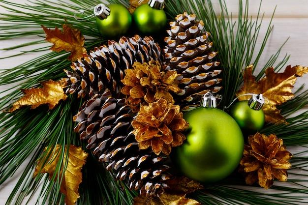 Новогодние золотые шишки украшены венком