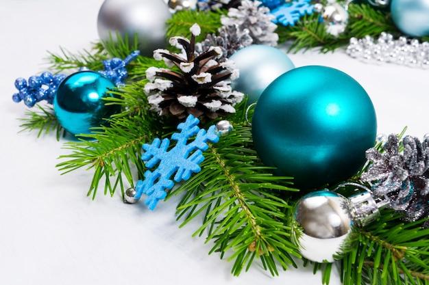 Рождественский фон с серебряными, синими и бирюзовыми шарами