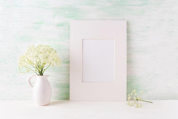 投手で柔らかい野生の花と簡単な白いフレームモックアップ
