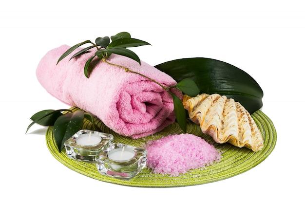 ピンクの海の塩とキャンドルでスパのコンセプト