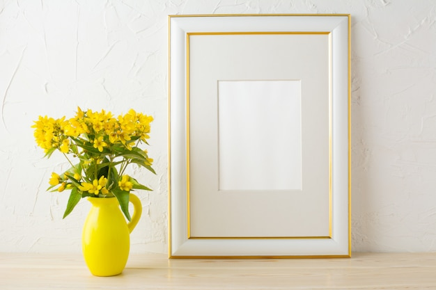 Рамка макета с маленькими желтыми цветами в стилизованной вазе кувшина