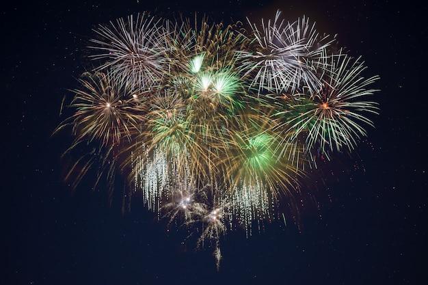 Сверкающий золотой зеленый праздник фейерверк