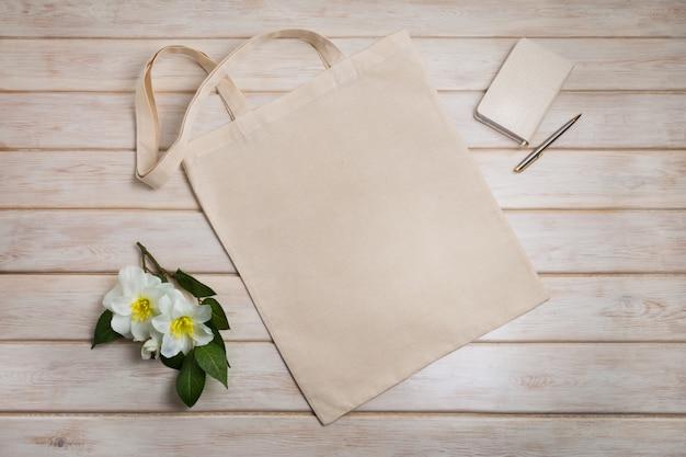 ベージュのメモ帳と花のトートバッグ