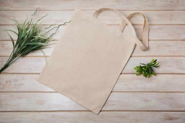 Большая сумка с зеленой травой
