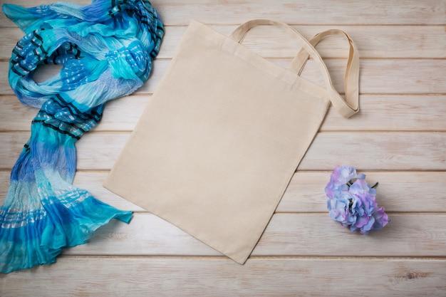 青いスカーフと花のトートバッグ