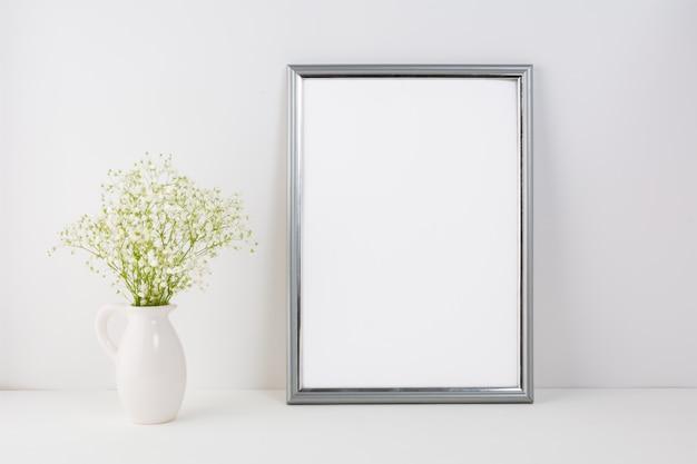 白い柔らかい花を持つフレーム