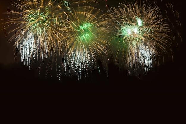 Золотой и зеленый фейерверк на ночном небе