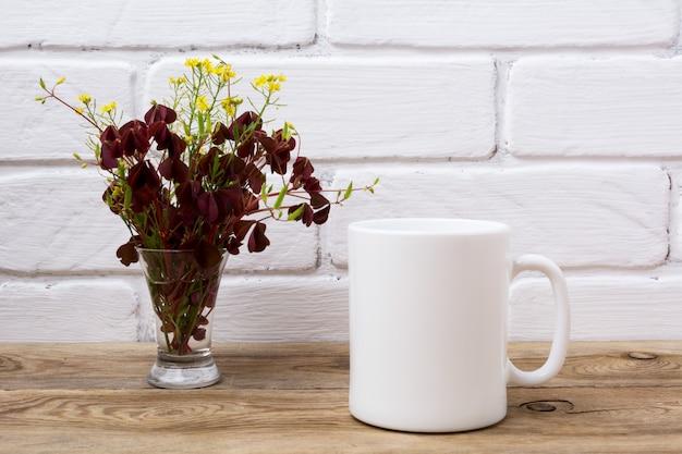 Белая кофейная кружка макет с бордовым и желтой травой