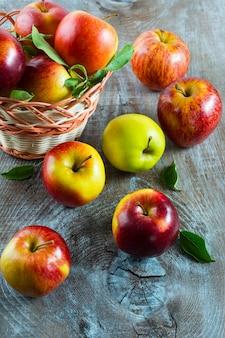 熟したリンゴのバスケット、トップビュー