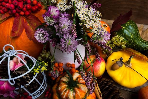 Декор благодарения с желтой, зеленой, оранжевой тыквой и клоуном