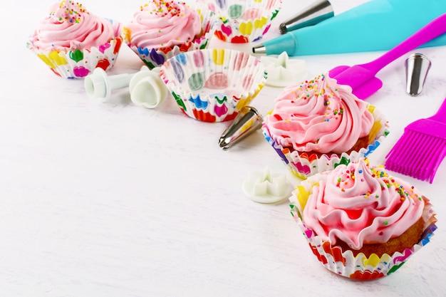 調理器具とピンクのバースデーカップケーキ