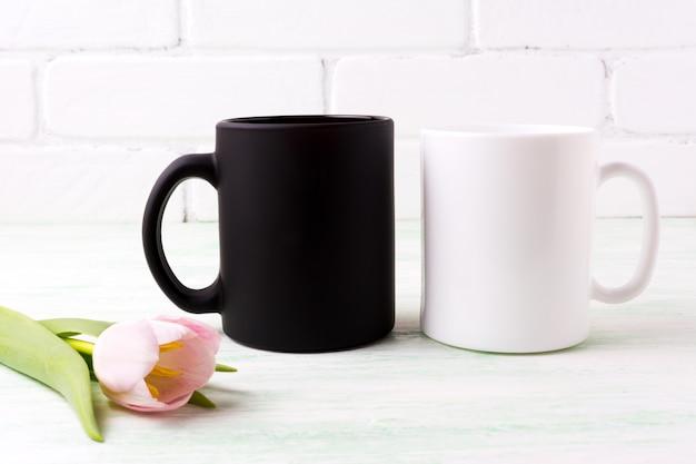 白と黒のマグカップモックアップ、ピンクのチューリップ