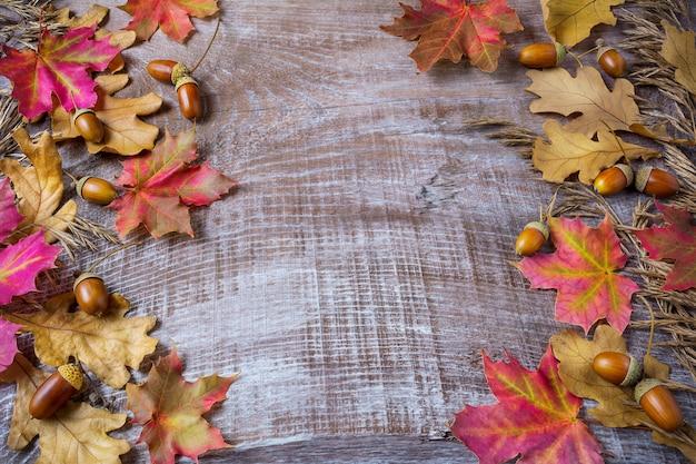 ライ麦、ドングリ、秋のカエデの葉と感謝祭挨拶背景