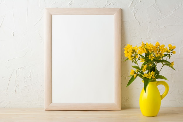 様式化されたピッチャー花瓶の黄色い花を持つフレームモックアップ