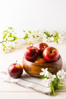 垂直木製ボウルで新鮮なリンゴ
