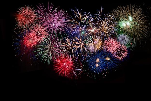 素晴らしいお祝いの色とりどりの輝く花火
