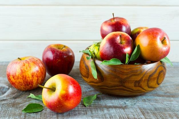 木製のボウルに新鮮なリンゴ