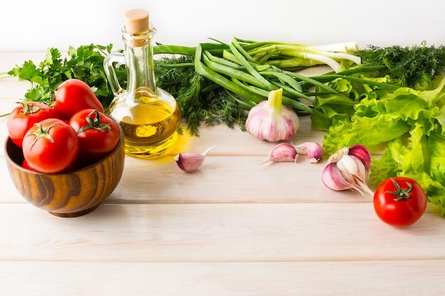 熟した野菜とオリーブオイルの健康的な食事のコンセプト
