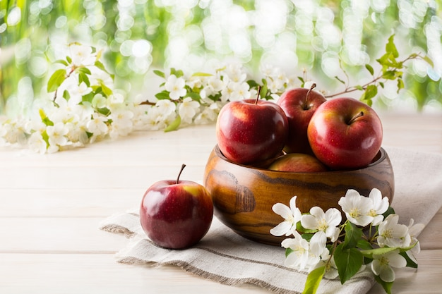 木製ボウルで熟したリンゴ