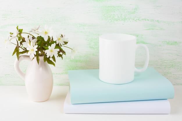 春の花とコーヒーのマグカップモックアップ