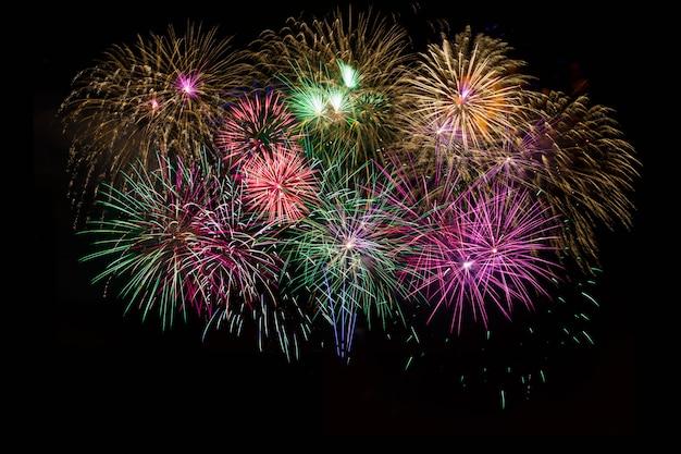 美しいお祝い金、赤、紫、緑の輝く花火
